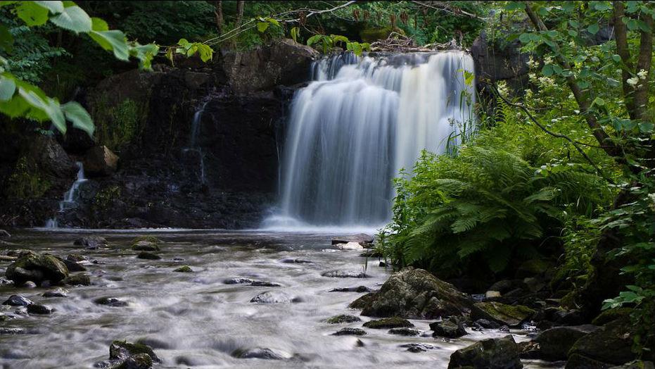 En bit bort faller faller Hallamölla vattenfall i fem forsar sammanlagt 23 meter, vilket gör det till Skånes högsta vattenfall.