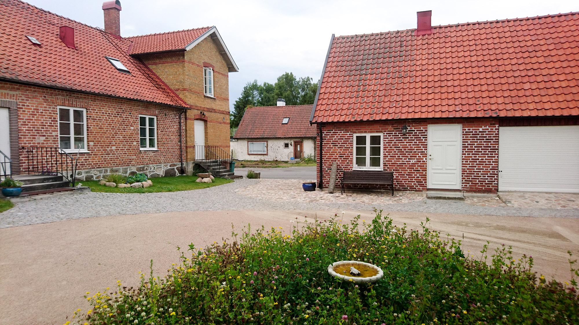 Doktorsbostaden består av ett stort och ett litet hus.