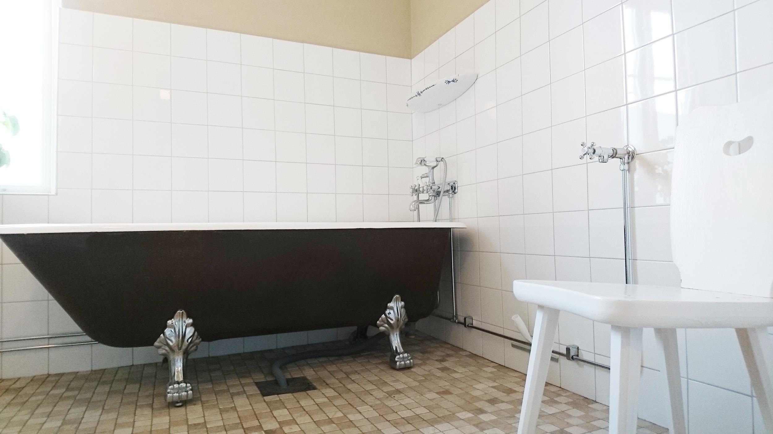 I det nyrenoverade badrummet finns ett remaljerat gjutjärnsbadkar.