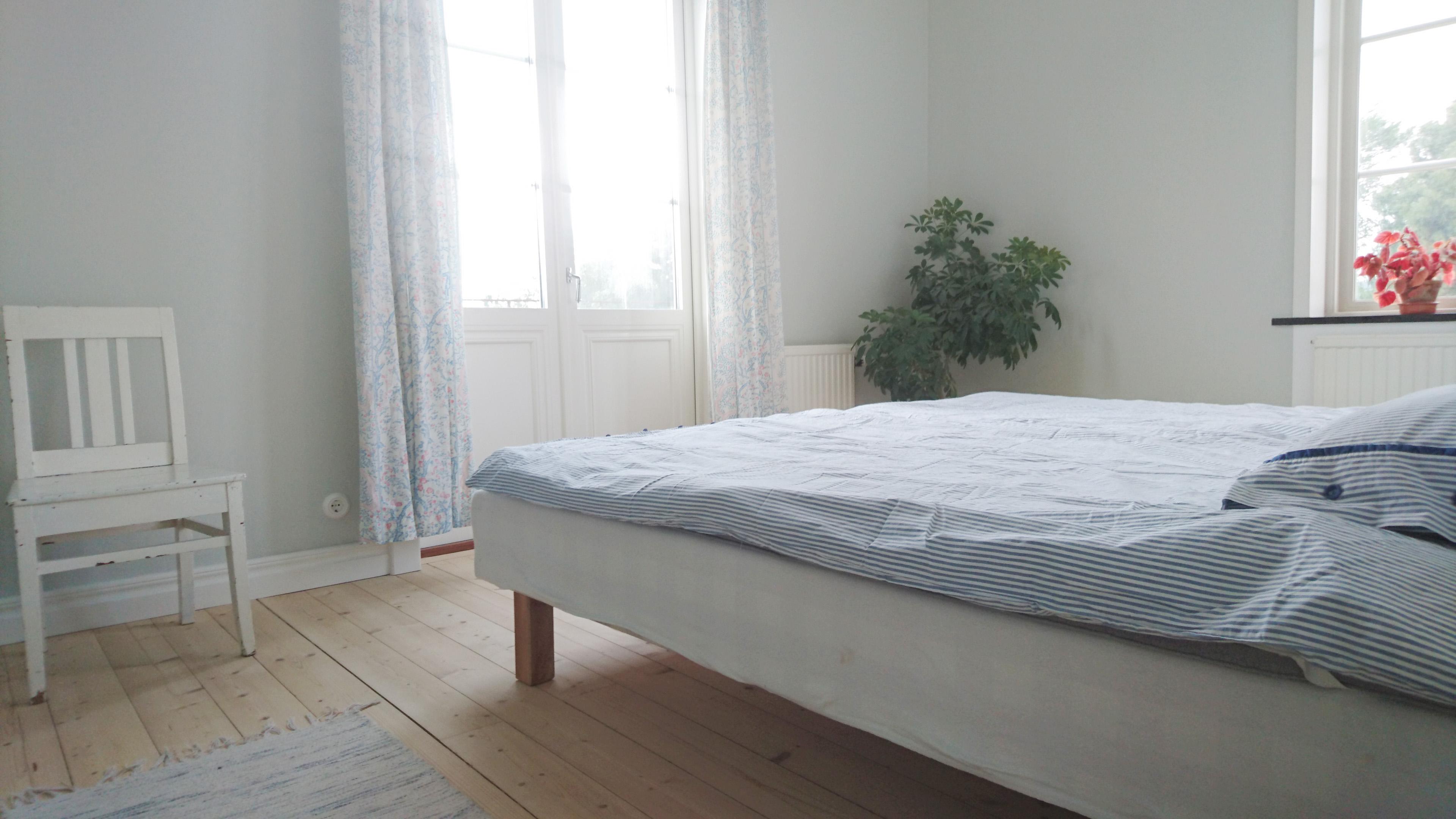 Dubbelrum eller enkelrum? Du bestämmer! Rummet i väster med balkong har två Hästenssängar, en 120 cm och en 105 cm.