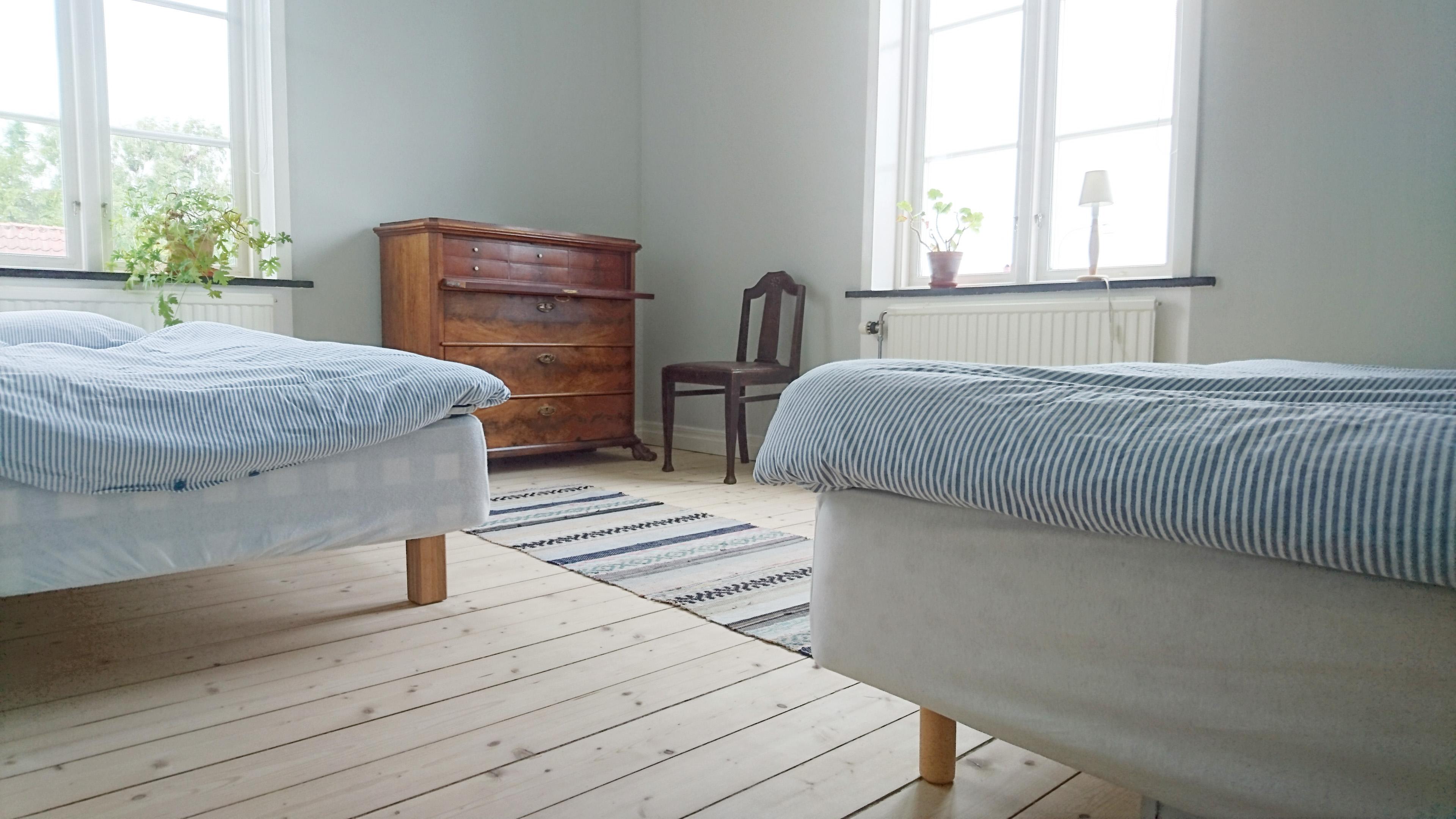 Rummet i öster har två sängar, en 90 cm bred Hästenssäng och en 105 cm.