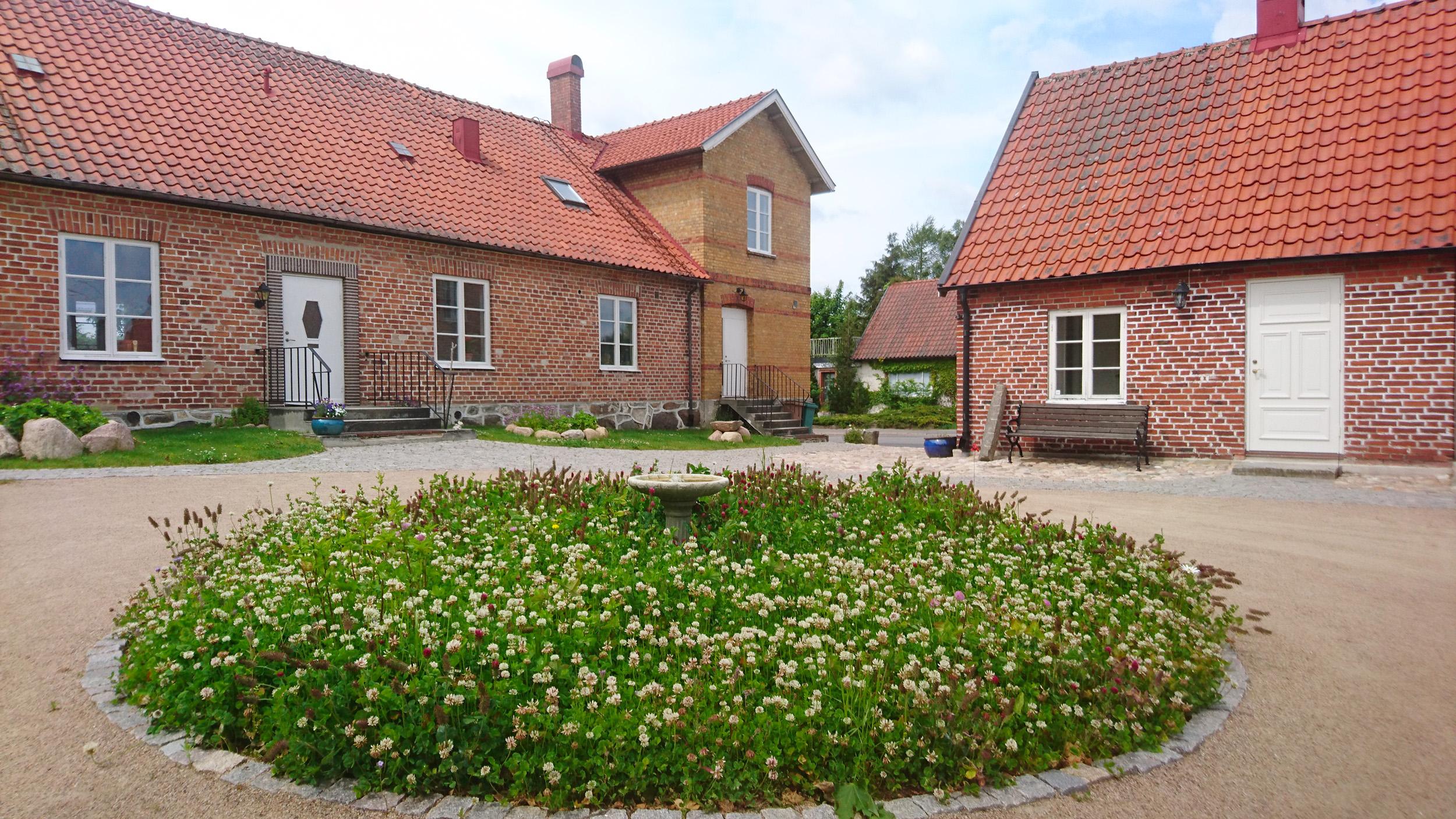 På gårdsplanen finns en rondell med blomsteräng för fjärilar och bin