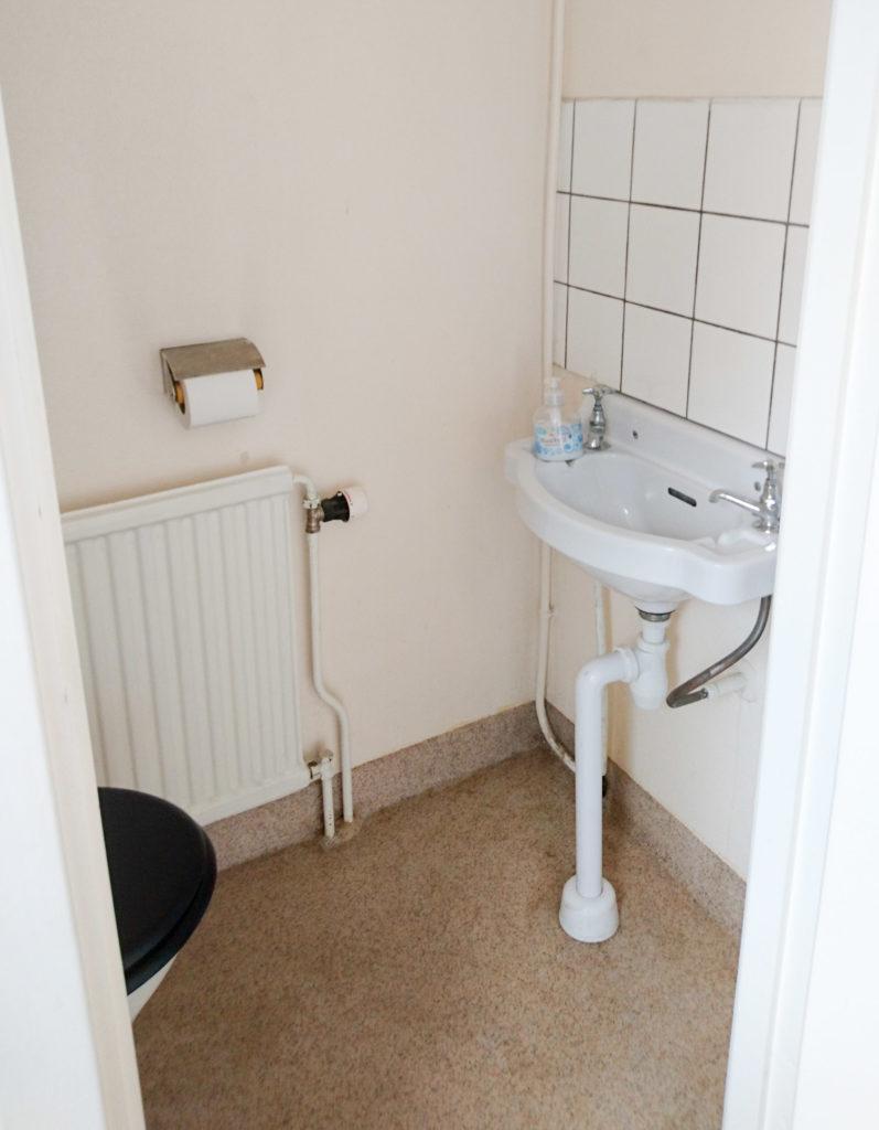 I annexet har du egen toalett med handfat, men här finns bara kallvatten. Badrummet ligger i stora huset.